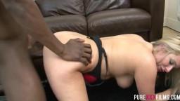 Жопастая мамочка прыгает на твердом члене чернокожего парня