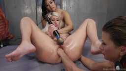 Три голые лесбиянки развлекают друг друга анальным фистингом