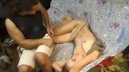 Мускулистый парень горячо трахает спящую девушку в рот и во влагалище
