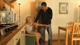 Высокий брюнет помогает зрелой блондинке получить чувственный оргазм