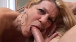 Зрелая блондинка перед глубоким трахом угощает любовника минетом