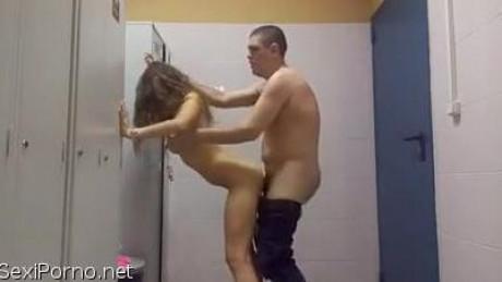 Секс в женской раздевалке бассейна на скрытую камеру