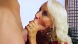 Грудастая блондинка в годах лижет стояк и отдается на проникновения в лоно