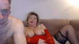 Зрелые муж с женой развлекаются перед вебкой при помощи секс-игрушек