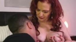 Негр жестко трахает пышную женщину в рот и в пизденку огромным членом